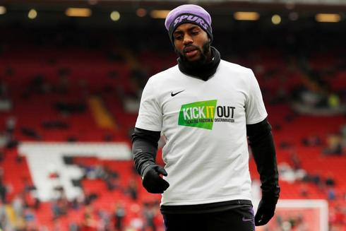 Danny Rose en un calentamiento en Anfield Road