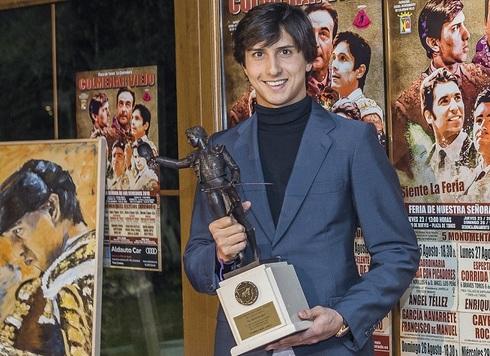 Roca Rey con el trofeo 'Yiyo' al triunfador de la Feria de Colmenar Viejo.