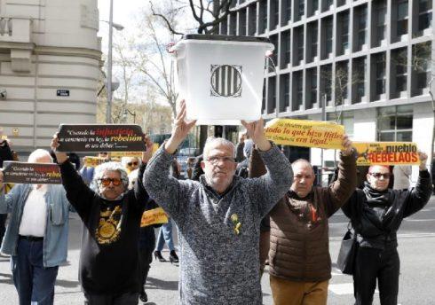 Lluis Pastrana, frente a la Audiencia Nacional, junto con varios activistas independentistas más en Madrid, la pasada semana.