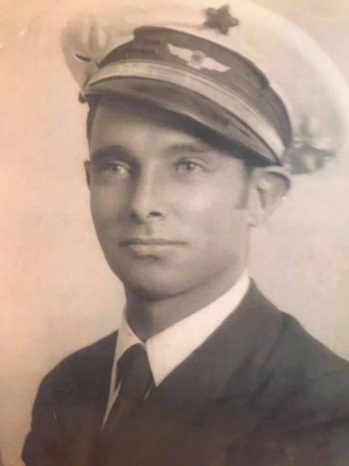 Ángel Santamaría Torremocha, con la gorra de la Aviación republicana, en una fotografía colgada en Twitter por su bisnieto Ángel.