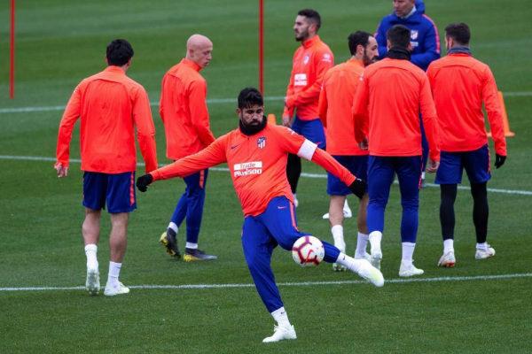 Diego Costa golpea el balón durante el entrenamiento de este viernes.