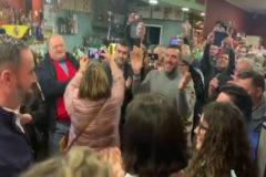 El líder de Vox es recibido entre aplausos y vítores en un bar