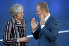 La 'premier' británica, Theresa May, conversa con el presidente del Consejo, Donald Tusk.