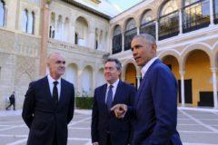 El ex presidente de EEUU Barack Obama, junto al alcalde de Sevilla, Juan Espadas, y el delegado de Turismo, Antonio Muñoz, en el Alcázar.