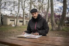 El ilustrador Daniel Montero con uno de sus cuadernos.