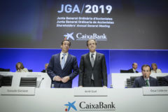 El presidente de Caixabank, Jordi Gual, junto a su consejero delegado, Gonzalo Gortázar, en el arranque de la junta general de accionistas en Valencia.