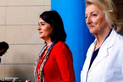 La ex consellera de Sanidad y artífice de la reversión del Hospital de la Ribera, Carmen Montón, junto a la ex gerente del centro, Isabel González, durante un acto en el centro de Alzira.