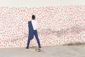Un ciudadano orina contra una pared en la fiestas, una de las fotografías del proyecto de Aguilera.