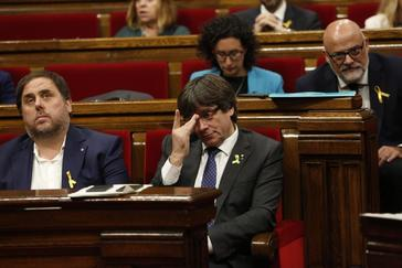 El ex presidente Puigdemont y el ex vicepresidente Junqueras en una sesión del pleno en noviembre de 2017.