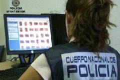 Una agente analiza archivos pedófilos.