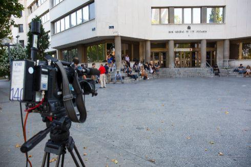 Varios periodistas aguardan en un juzgado.