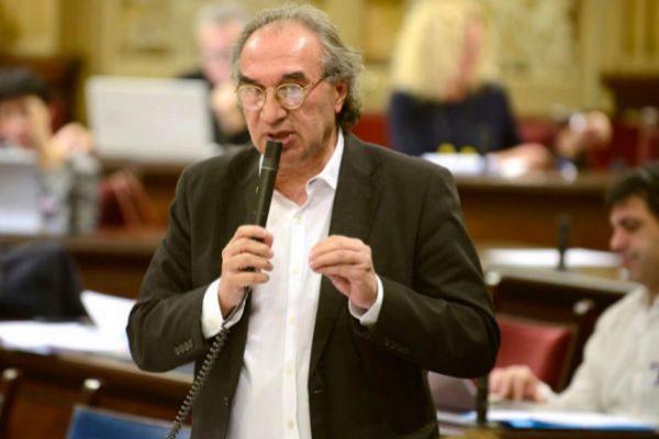 El conseller Martí March durante un pleno del Parlament balear.