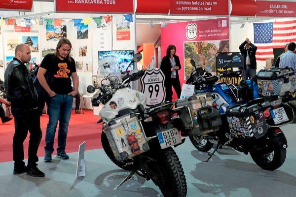 Visitantes de Vive la Moto en el espacio dedicado al mototurismo, en el Palacio 8 de Fira Barcelona.
