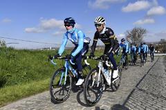 Valverde reconoce el recorrido del Tour de Flandes junto a su equipo.