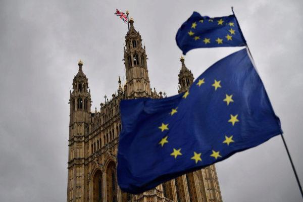 Manifestantes ondean una bandera de la UE frente al Parlamento británico.