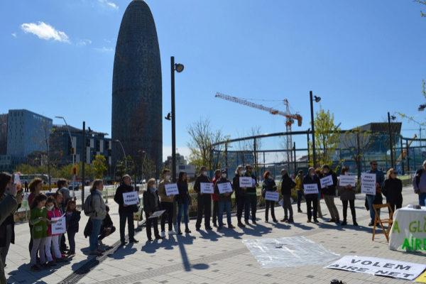 Algunos de  vecinos y ecologistas protestan contra la contaminación de Glòries.