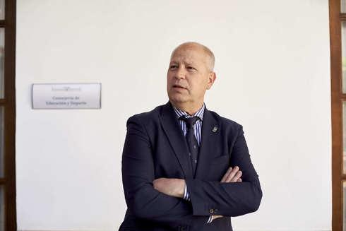 Javier Imbroda, consejero de Educación y Deporte, ante su despacho en el Parlamento andaluz.