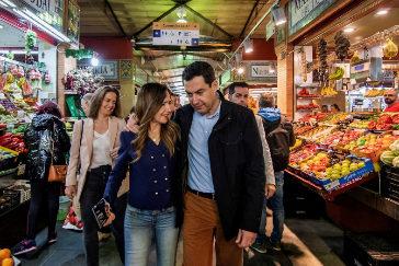 Juanma Moreno, con Teresa Jiménez Becerril, este sábado, en el mercado de Triana.