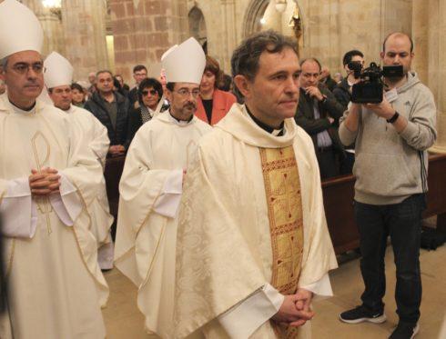 El nuevo obispo auxiliar de Bilbao Joseba Segura durante la ceremonia en la Catedral de Santiago en Bilbao.