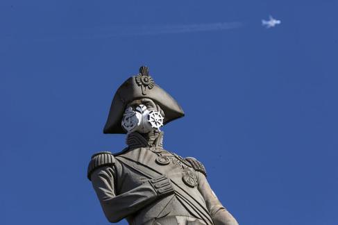Estatua de Nelson, en Trafalgar Square, con una máscara aticontaminación tras una protesta de Greenpeace.