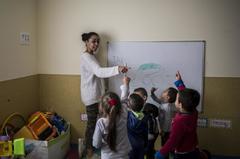 Una profesora, en el aula infantil.
