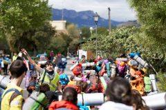 Un grupo de scouts camina hacia la acampada de las Fonts de l'Algar, en Callosa d'En Sarrià.