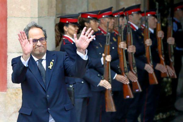 El presidente de la Generalitat, Quim Torra, saliendo del Palau ante una formación de Mossos en mayo de 2018