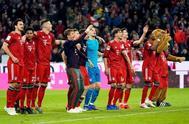 Los jugadores del Bayern celebran el triunfo con su afición