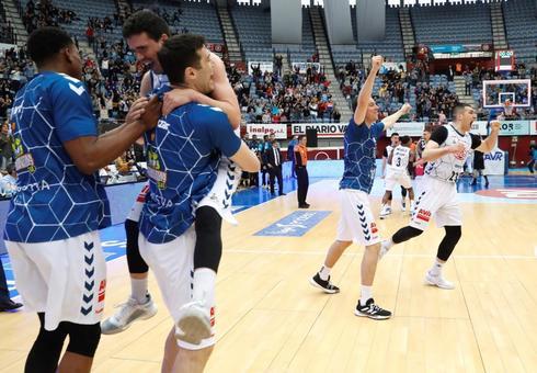 Los jugadores de Delteco celebran la victoria en su cancha