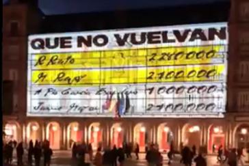 Proyección de los 'papeles de Bárcenas' en la Plaza Mayor de Madrid.