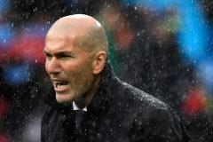 Zidane da instrucciones durante el Real Madrid - Eibar.