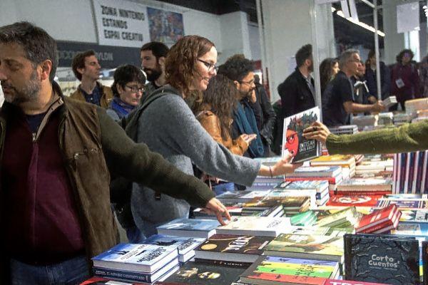 Público asistente en uno de los 'stands' del salón Comic Barcelona, ayer.