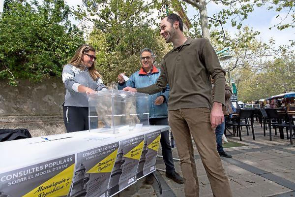 Un ciudadano deposita su voto en la urna en la parada montada en el Passeig del Rei de Esporles ayer por la mañana.