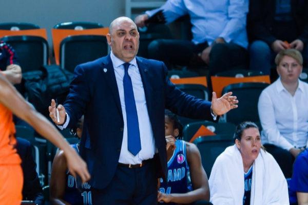 Lucas Mondelo, entrenador del Dynamo Kursk, con Anna Cruz en el banquillo.