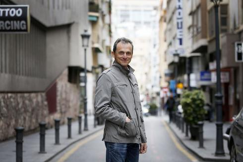 El ministro Pedro Duque, en una céntrica calle de Alicante.