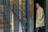 Luis Bárcenas sale de su casa camino a los juzgados