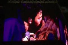 Sebastián Yatra y Tini Stoessel se besan sobre el escenario