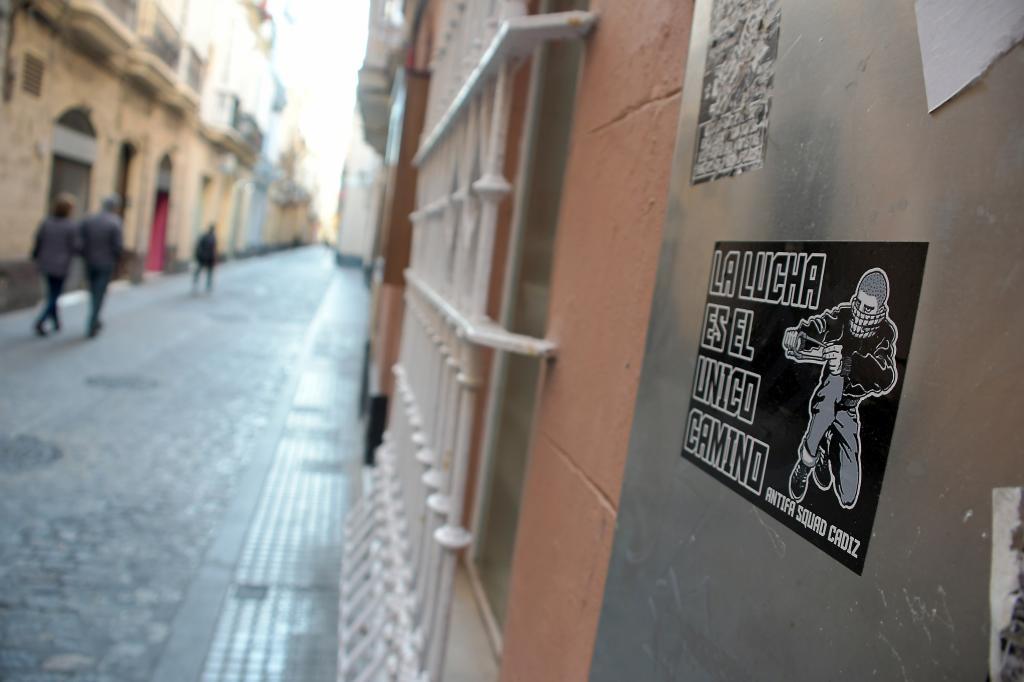 Una pegatina con simbología política en una calle de Cádiz