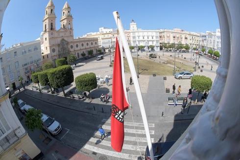 Una bandera del PSOE en un balcón de la ciudad de Cádiz
