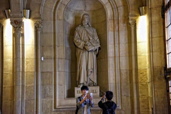 Estatua de Ramon Llull en la Universitat de Barcelona (UB)