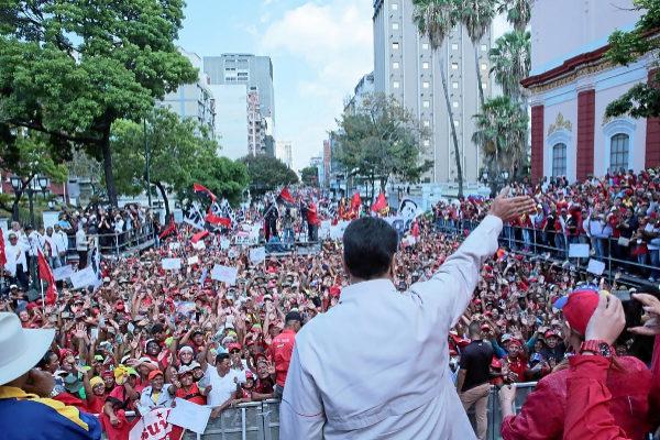Nicolás Maduro saluda a cientos de seguidores en Caracas.