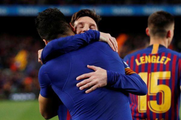 Messi abraza a Suárez tras vencer al Atlético.