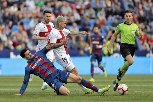 Un jugador del Levante disputa un balón.