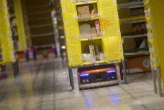 Un robot en un centro logístico de Amazon