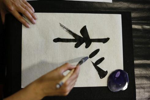 La especialista Madoka Kubota escribe el 'kanji sakura' (cerezo) en una clase de Madrid.