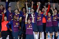 Los jugadores del Barcelona celebran la Copa del Rey, este domingo.