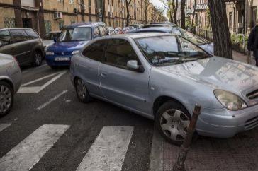 Un coche aparcado en hueco que no es tal en Usera.