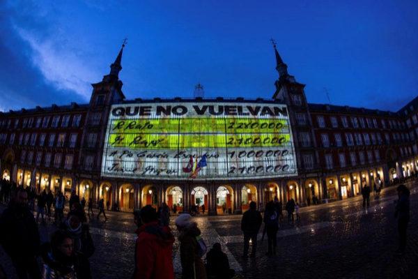 """-FOTODELDIA- GRAF7105. Madrid, 06/04/2019.- La fachada de la Casa de la <HIT>Panadería</HIT> de la Plaza Mayor de Madrid se ha iluminado esta noche con imágenes de gran formato de los conocidos como """"papeles de Bárcenas"""", donde aparecen los nombres de """"M. Rajoy"""" o """"R. Rato"""", y otra con Pedro Sánchez y Albert Rivera y la leyenda """"pero tampoco te conformes""""."""