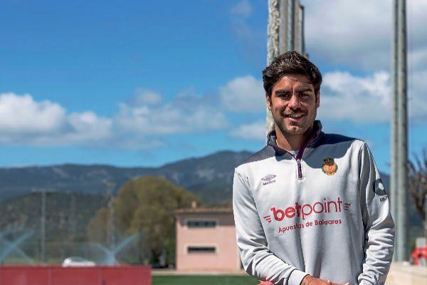 Abdón, en el campo de fútbol de Son Bibiloni.
