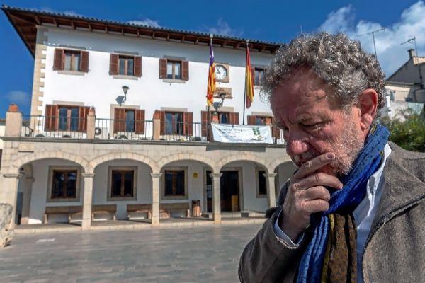 El alcalde de Sant Llorenç, Mateu Puigròs Sureda, delante del Ayuntamiento.